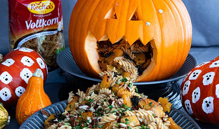 Halloweenrezept – würzige Vollkornnudeln mit gebackenem Kürbis und Grünkohl