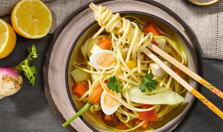 Asiatische Gemüsesuppe mit Linguine und Teriyaki Spießchen