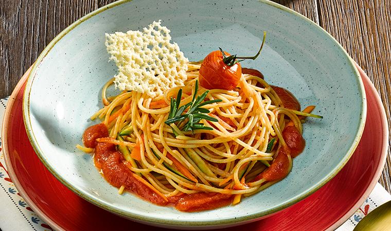 Bunte Vollkorn-Gemüsespaghetti mit Tomatensauce und Parmesanchips