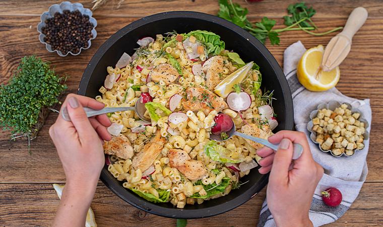 Caesarsalat mit Nudeln und Huhn