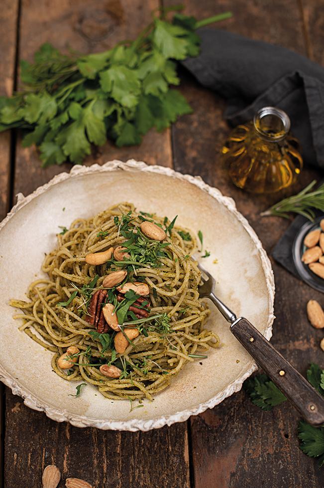 dinkel-spaghettini-kraeuter-nuss-pesto-rezept
