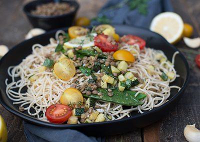 Dinkel Spaghettini mit Linsen und Sommergemüse
