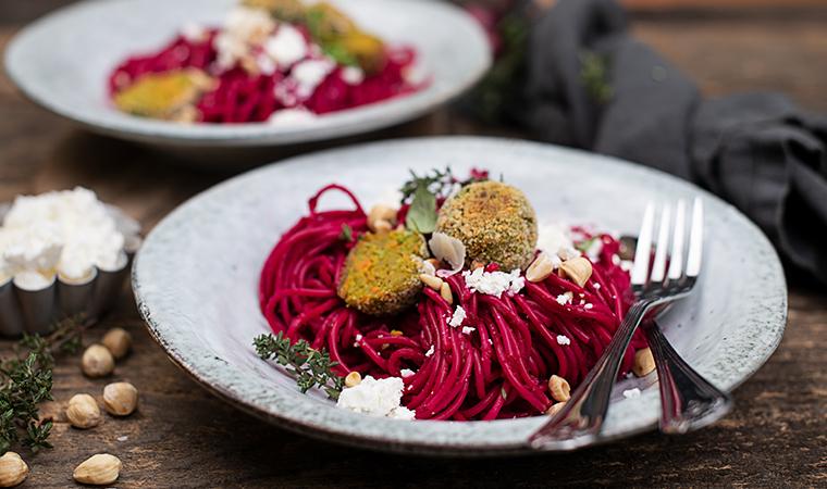Dinkelspaghetti mit Rote-Rüben-Sauce & Gemüsebällchen