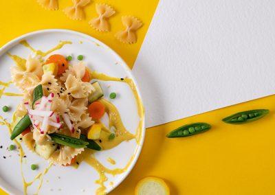 Vitale Farfalle mit glasiertem Gemüse, geröstetem Sesam und Kresse