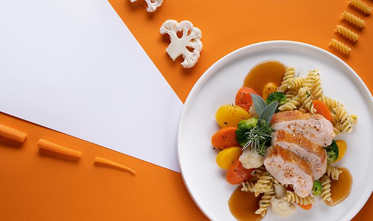 Exquisite Gemüsepfanne mit Fusilli und gebratener Hühnerbrust
