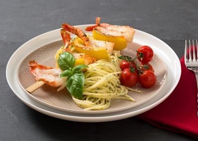 Glutenfrei Spaghetti mit Basilikumpesto, Scampispieß und karamellisierten Kirschtomaten