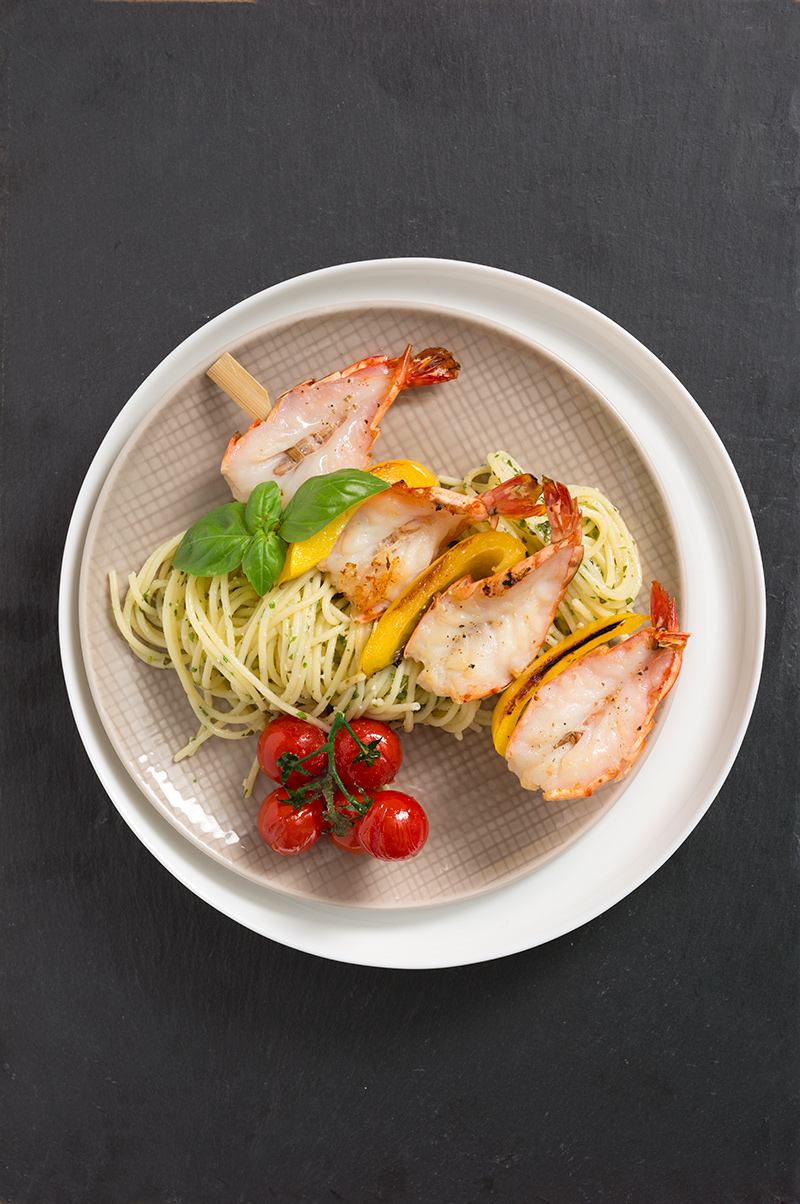glutenfrei-spaghetti-basilikumpesto-scampispiess-rezept