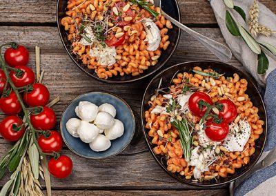 Dinkellöckchen mit Tomaten-Ricotta-Sauce und Mozzarellabällchen