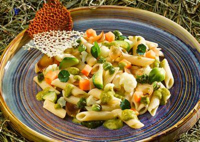 Lauwarmer Herbst-Nudelsalat mit Gemüse und Kapuzinerkresse-Pesto