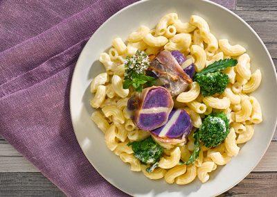 Hörnchen mit gefüllten violetten Kartoffeln und wildem Brokkoli