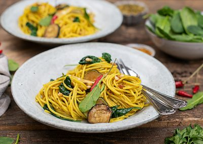 Kurkuma Spaghetti mit Spinat & Pesto