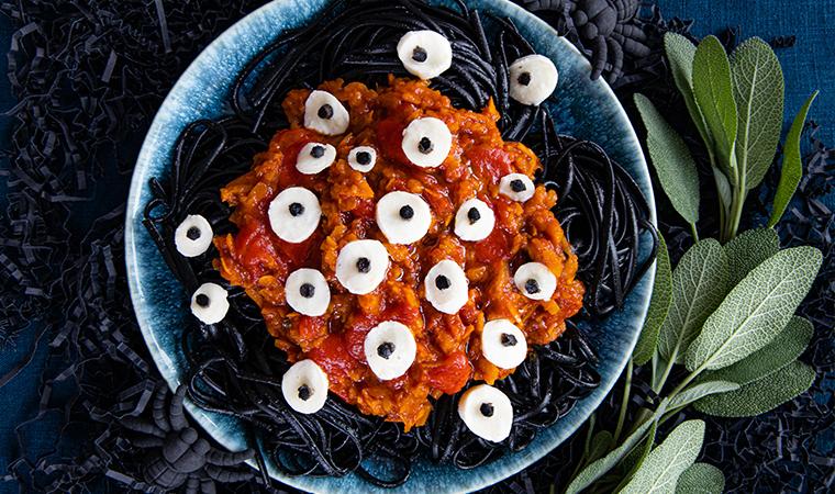 Halloweenrezept | Linguine Nero Viel-Augenmonster mit Kürbis-Tomatensauce