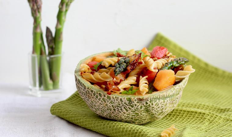 Low Carb Nudel-Spargel Salat mit zweierlei Melone und knusprigem Speck