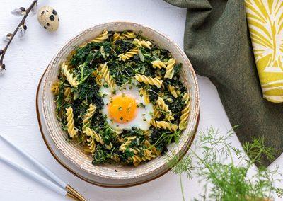 Low Carb Spinat Nudeln mit gratiniertem Ei im Nest