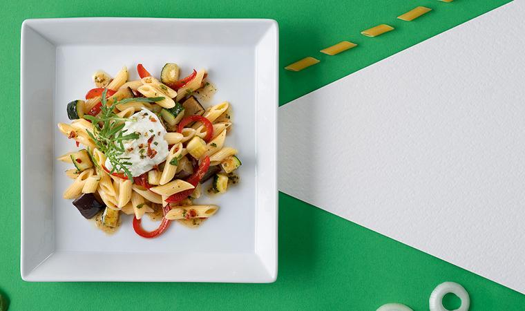 Mediterraner Nudelsalat mit würzigem Gemüse und mariniertem Mozzarella