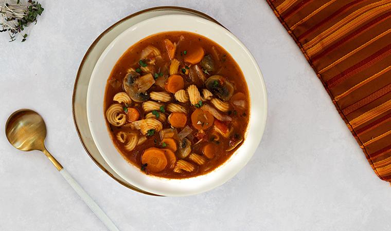 Minestrone | würzige Gemüsesuppe mit Low Carb gedrehte Hörnchen