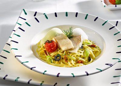 Pochiertes Reinankenfilet auf Tomaten-Oliven-Fettucine