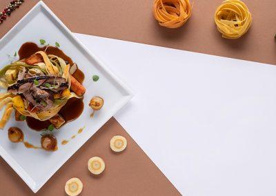 Pulled Pork mit karamellisierten Whiskey-Zwiebeln, Ofengemüse und Pfeffer-Tagliatelle