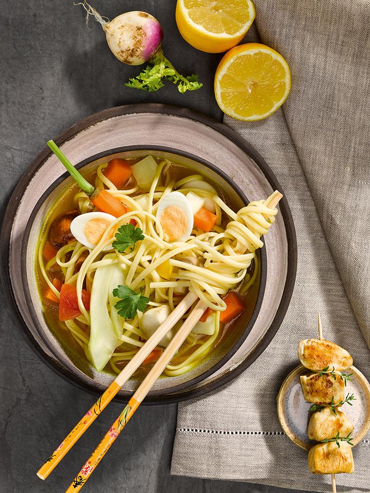 rezept-asiatische-gemuesesuppe-linguine-teriyaki-spiesschen