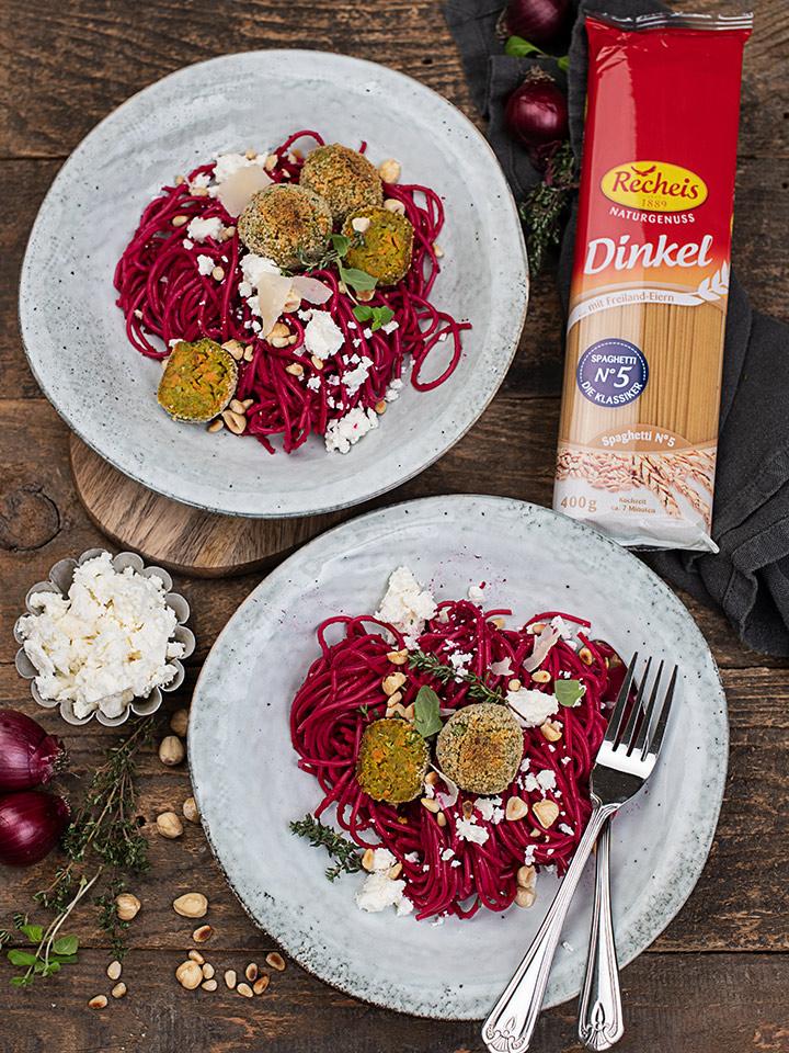 rezept-dinkelspaghetti-mit-rote-rueben-sauce-und-gemuesebaellchen