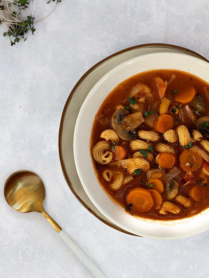 rezept-minestrone-wuerzige-gemuesesuppe-mit-low-carb-gedrehte-hoernchen