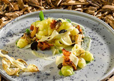 Gnocchi auf Waldpilzen mit Salbei, Petersilienwurzel und fermentiertem Knoblauch