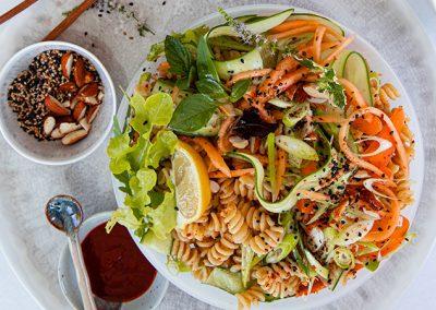 Sommer Nudel Bowl mit würziger Mandel-Sesamcreme | vegan
