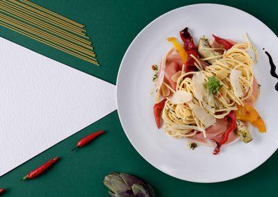 Spaghetti Aglio e Olio mit gegrilltem Paprika und Prosciutto