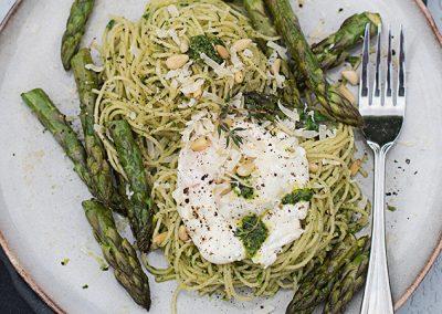 Spaghettini mit Frühlingskräuterpesto, pochiertem Ei & Spargel
