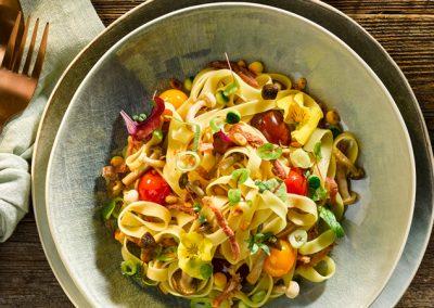 Tagliatelle Fiori mit Buchenpilzen, Zucchini und Parmaschinken