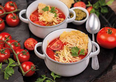 Tomaten-Nudelsuppe mit Parmesancrackern & Kräuterpesto