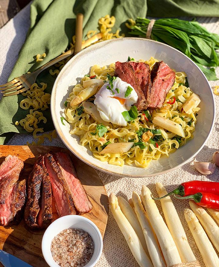 fruehlings-rezept-nudeln-mit-baerlauch-steak-und-spargel
