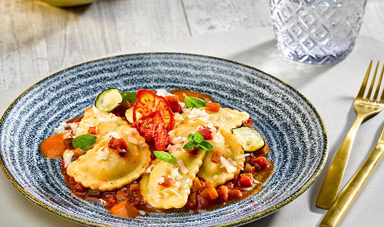 Mezzelune Mozzarella-Tomate auf provenzalischem Schmorgemüse und Schaum