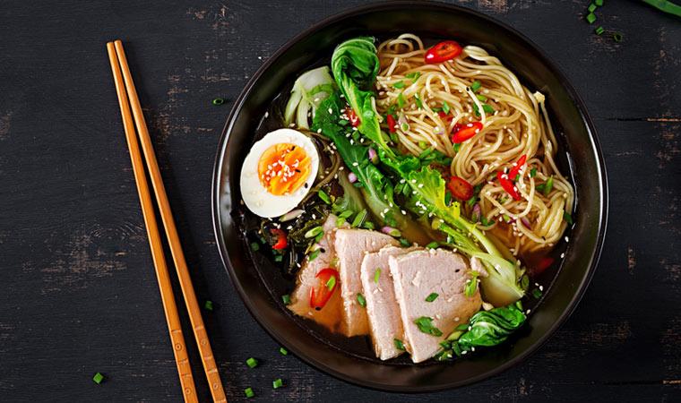 Spaghetti Ramen-Style mit Pak Choi und Schweinefleisch