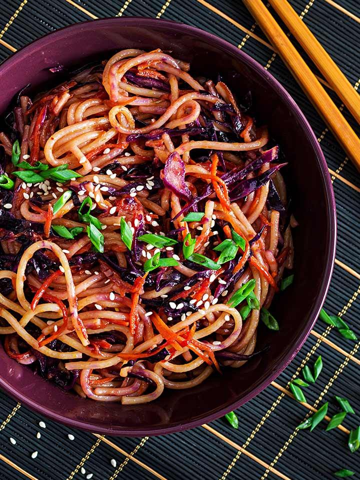rezept-stir-fry-dinkelspaghetti-mit-rotkraut-und-karotten
