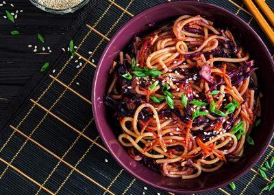 Stir-Fry-Dinkelspaghetti mit Rotkraut und Karotten