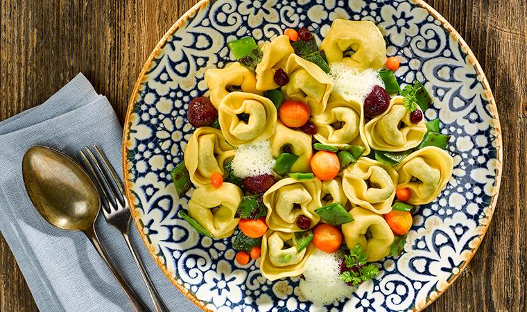 Tortelloni Spinat-Ricotta mit gebratenen Zuckerschoten, Roter Beete und Safransauce