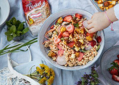 Muttertags-Picknick | Dinkel-Nudelsalat mit Spargel und Erdbeeren