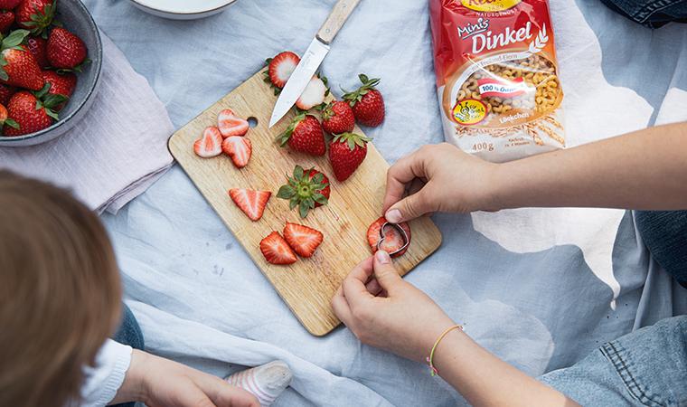 muttertagspicknick-nudelsalat-mit-spargel-und-erdbeerherzen