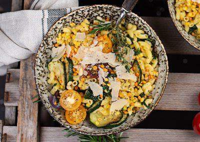 Nudeln mit saftigem Gemüse und Linsen