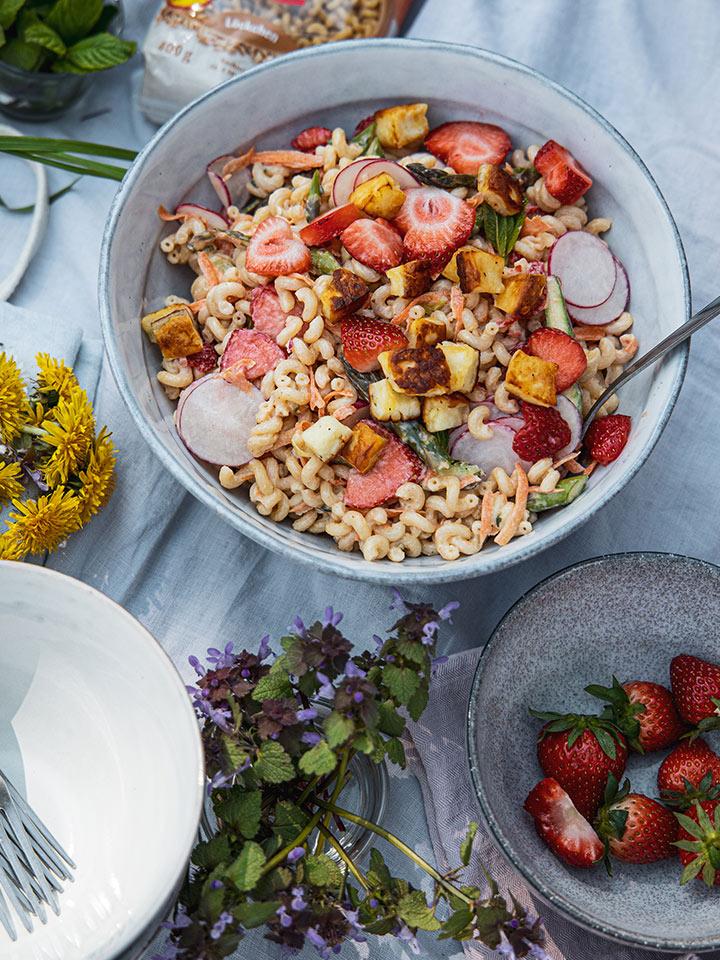 rezept-muttertagspicknick-nudelsalat-mit-spargel-und-erdbeeren