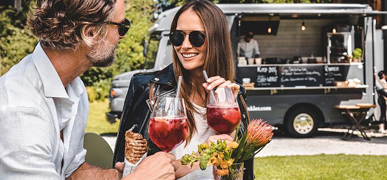 take-away-foodtruck-menschen-drinks