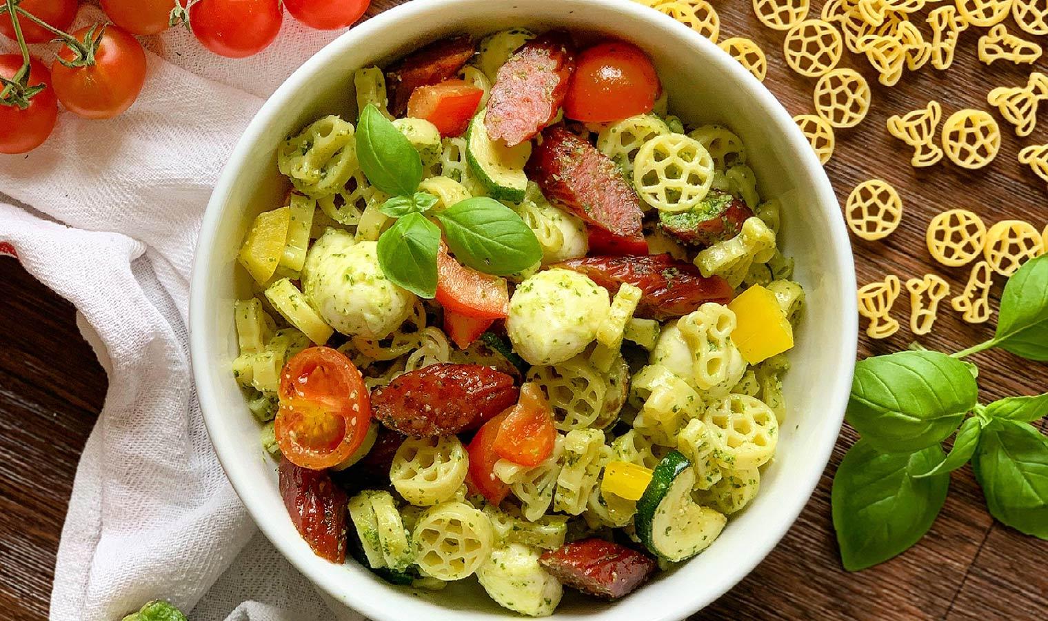 Fußball-Nudelsalat mit frischem Pesto und Cabanossi