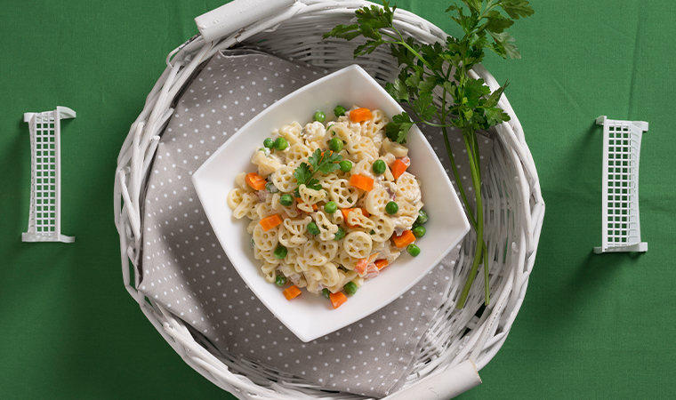Cremiger Mayonnaise-Salat mit Fußballnudeln