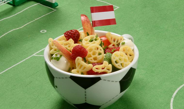Fruchtiger Fußball-Nudelsalat