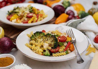 Nudeln mit Curry-Gemüse und Fetacreme