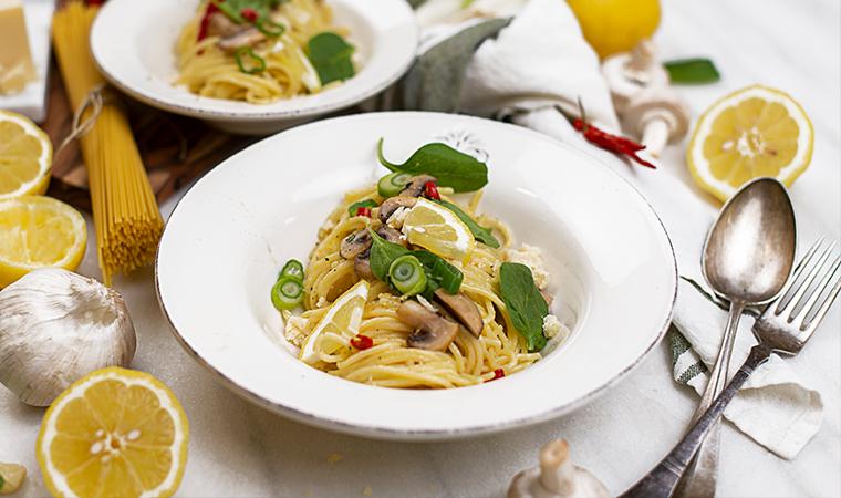 Zitronennudeln mit Champignons und Spinat