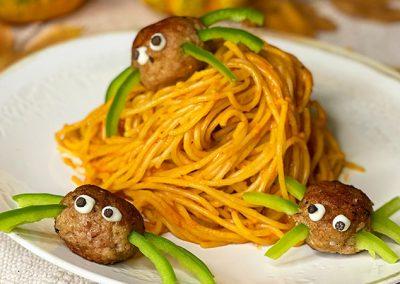 Kürbis-Spaghetti mit Fleischbällchen Spinnen